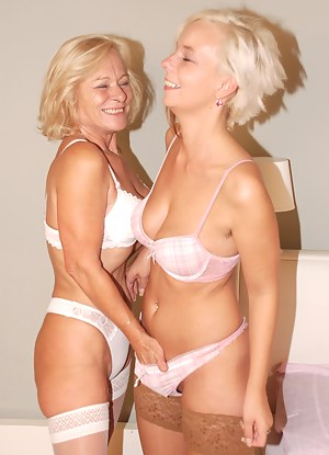Free Blonde Moms Porn Pictures